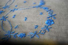 スウェーデン刺繍のリネンのクロス「花輪」 | HandMade in Japan 手仕事の新しいマーケットプレイス iichi
