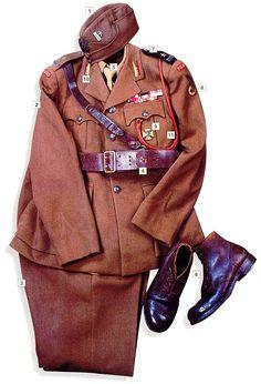 01 - Gorra Británica con el Águila Polaca y la insignia de Mayor  02 - Chaqueta de Oficial Británica  03 - Pantalones Británicos  04 - Cinturón de oficiales  05 - Camisa y corbata  06 - Botas de Oficiales  07 - Hombrera con el rango de Mayor  08 - Insignia de la primera división armada  09 - Insignia del primer batallón blindado independiente  10 - Insignias de cuello pertenecientes al primer batallón blindado  11- Cordón honorario del grado de Mayor