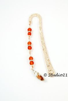 Für Leseratten: Roségoldfarbenes Lesezeichen mit gefrosteten Glasperlen (Perlen sind matt).  http://www.kerzenstudio21.de/product_info.php?info=p591_lesezeichen-4.html