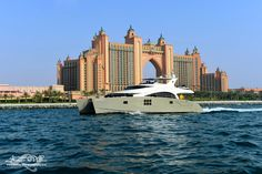 DAMRAK II in Dubai, in front of te ATLANTIS hotel