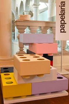 Não vai ser difícil transformar a hora de arrumar os brinquedos em uma grande diversão com essas caixas da Papelaria. Famosa por seus caderninhos com formas e cores inusitadas, a marca apresenta na Zero a Doze estes porta-brinquedos inspirados nas clássicas peças de Lego. Melhor: podem ser empilhadas de diversas maneiras por conta dos encaixes e se transformam em item de decoração no quarto da criançada.