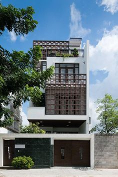 The architects of G + 1 architects have created a beautiful design and interior architecture is a blend of traditional beauty and modern Facade Design, Exterior Design, Home Design, Narrow House, House Front Design, House Elevation, Building Elevation, Street House, Indochine