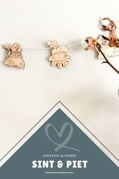 Maak je huis of de kinderkamer gereed voor 5 december met deze gezellige Sinterklaas slinger. Aan de slinger zitten 4 houten Sinterklaasjes en 4 houten Pietjes. Door het naturel hout past de slinger in elk interieur en kun je op een eenvoudige manier je huis versieren voor pakjesavond. Deze slinger kun je ieder jaar weer opnieuw gebruiken voor de speciale december tijd. #sinterklaas #sinterklaasdecoratie #sint Kids Crafts, Baby Crafts