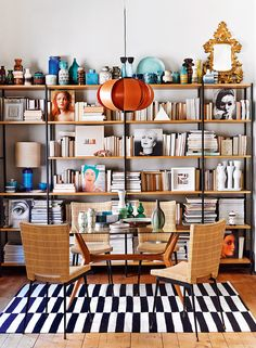 Tablescapes after David Hicks – the guide to AD - Decoration For Home Decor, Home Library Design, Interior, Home Libraries, Bookshelves, Bookshelf Decor, Home Decor, Home Deco, Shelving