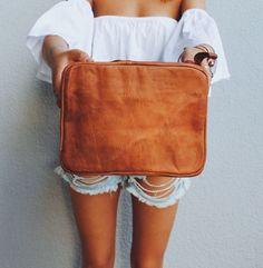 Ein bisschen Vintage im Badezimmer? Warum nicht! Diese Tasche 'Billie' zaubert den Glanz vergangener Zeiten auf das Waschbecken. Im angesagten Retro-Look überzeugt die Tasche aus naturgegerbtem, braunem Ziegenleder mit ihrem Design und Platzangebot - Kurtultasche - Reisen - Trip - Lifestyle - Gusti Leder - A119b