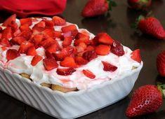 Il tiramisu leggero yogurt fragole è un dessert veloce senza cottura preparato con tanta frutta fresca. Poche calorie, pochi grassi, zero sensi di colpa.