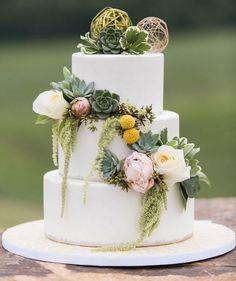 Bom diaaaa minhas lindezas! Quem gosta de suculentas no bolo de casamento? Vocês podem até substituir pelo topo de bolo! Corre pro blog pra se inspirar!  #wedding #casamento #bride #groom #instagood #instabride #instawed #bridal #bridetobe #lovely #inlove #cute #inspiration #amor #weddingmorning #noiva #blogdecasamento #weddingideas #weddinginspiration #blogdamariafernanda #noivas2017 #casamentonocampo #casamentorustico #decoracaodecasamento #picoftheday