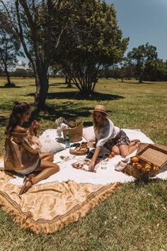 Summer picnic ~ friends in the park Sharing food and drink, enjoying the sun and open spaces Beach Lunch, Beach Picnic, Night Picnic, Picnic Pictures, Summer Pictures, Picnic Date, Summer Goals, Summer Dream, Summer Aesthetic