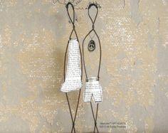 Schöne einzigartige Engagement Geschenk; Draht-Skulptur auf Treibholz, rustikales Haus Dekor. Draht-Skulptur mit dem Titel forever. Diese schöne Mischtechnik Treibholz und Draht Skulptur ist aus recyceltem Draht hergestellt und montiert auf einem Stück Treibholz aus dem Atlantischen Ozean. Perfekt für diejenigen, die eine rustikale Wohnkultur lieben und schätzen die Schönheit der Einfachheit im Leben.  Die weiblichen Draht Skulptur hat eine Papier-Kleid gemacht, eine alte Katalog bilden. Das…