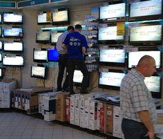 Ca-n filmele cu proști: Carrefour testează rezistența LCD-urilor în fața clienților Jenga, Film, Toys, Movie, Activity Toys, Film Stock, Clearance Toys, Cinema, Gaming