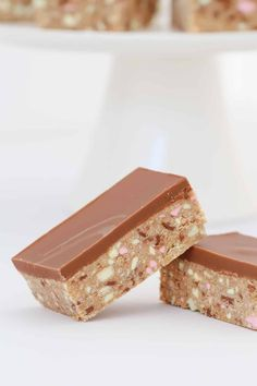 No-bake and so simple… this CLINKERS SLICE RECIPE really is the best thing ever! A super easy 10 minute recipe that everyone will love! Toddler Meals, Kids Meals, Toddler Food, Clinker Slice, Chocolate Coconut Slice, Slice Recipe, Bakers Gonna Bake, Australian Food, Beautiful Desserts