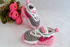 Sapatinho em forma de tênis imitando modelo Nike air Max, confeccionado em linha. <br>Uma ótima opção para presentear o bebê de uma amiga, ou seu próprio bebezinho. <br>Tamanhos disponíveis para encomendas: <br>0 - 3 meses <br>3 - 6 meses <br>6 - 9 meses