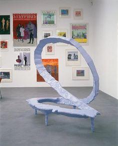 Franz West exhibicion de cuadros del fondo en dif tamaños.