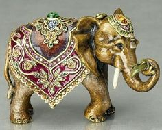 Animal Figurines by American jewelry designer Jay Strongwater - Beauty will save Elephant Parade, Elephant Love, Elephant Art, Elephant Gifts, Elephant India, Elephant Stuff, Porcelain Doll Makeup, Porcelain Dolls Value, Animal Sculptures