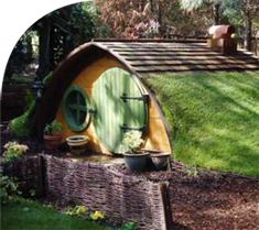 alternate to treehouse - Hobbit Hole! This would be especially cute for future children if we get to build our underground/earth-sheltered home. I'm going to make my kids a fort that doubles as a storm shelter~! Hobbit Hole, The Hobbit, Fairy Houses, Play Houses, Cubby Houses, Hobbit Playhouse, Backyard Playhouse, Casa Dos Hobbits, Glamping