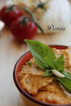 Pesto di mozzarella  http://leleccorniedidanita.blogspot.it/2012/09/pesto-di-mozzarella.html