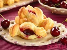 ciasto francuskie z wiśniami przepis, przepis na ciasto francuskie z czereśniami Food And Drink, Sweets, Vegetables, Cake, Xmas, Good Stocking Stuffers, Candy, Vegetable Recipes, Food Cakes