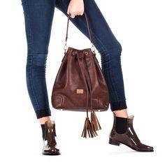 Bolso de mujer estilo bombonera en marrón con tres bolsillos internos. Cierre con click y con cordón para mayor sujeción. 35x30cm. Corte en sintético y forro en textil. Ideal para cualquier ocasión.