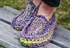 De dejlige, hæklede tøfler er nemme at hækle, og de sidder rigtig godt fast om foden.