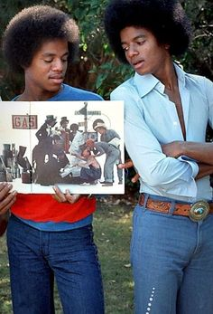 Marlon and Michael Jackson.it's such a cryin' shame that Michael & so many other Jackson's thought they needed all of that plastic surgery! He looks so healthy in this pic. The Jackson Five, Jackson Family, Janet Jackson, Michael Jackson Rare, Michael Love, Paris Jackson, Afro, Gary Indiana, King Of Music