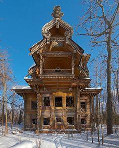 Casas de madeira abandonadas, Rússia Estas belas construções, primorosamente decoradas, são encontradas escondidas nas extensas florestas russas, onde o isolamento ajudou no processo de preservação. As casas permanecem relativamente intactas até hoje.