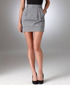 falda gris.