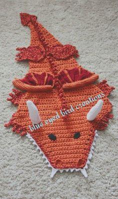 Dragon blanket in fleece? Crochet Mermaid Tail, Mermaid Tails, Crochet Hats, Crochet Afghans, Crochet Blankets, Crochet Patterns, Crochet Ideas, Crochet Projects, Crochet Bikini