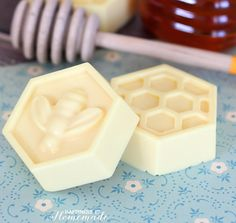 Milk & Honey Soap: This easy DIY soap can be made in about 10 minutes & has great skin benefits from the goat's milk and honey. Easy Diy Mother's Day Gifts, Homemade Gifts For Mom, Diy Mothers Day Gifts, Mother's Day Diy, Creative Valentines Day Ideas, Best Friend Christmas Gifts, Savon Soap, Honey Soap, Mason Jar Candles