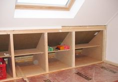 Constructing a knee-wall closet with sliding doors.   Bouw zolder kast met schuifdeuren