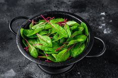 Surówka z botwinki jest oryginalna, pięknie prezentuje się na talerzu i jest bardzo zdrowa. Młode liście buraków możemy bowiem jeść na surowo, podobnie jak ma... Green Beans, Spinach, Vegetables, Ethnic Recipes, Diet, Vegetable Recipes, Veggies