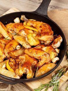 Pollo in padella con aglio, limone e rosmarino: una ricetta per preparare gustosissimi pezzi di carne bianca. Accompagnateli con una fresca insalata.
