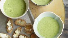 Bärlauch verleiht der sämigen Suppe ihr zartes, frühlingshafte Grün und den kräftigen Geschmack. Mit Zigenkäse-Honig-Crostini eine feine kleine Mahlzeit.