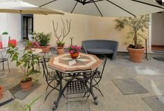 "Cortile interno B&B ""Al Giardino dell'Alloro"", Vicolo San Carlo, 8, palermo. Tour virtuale: https://maps.google.it/maps?hl=it&ll=38.115119,13.367969&spn=0.004465,0.010568&sll=38.114856,13.367457&layer=c&cid=1083495316001474426&panoid=bGqJAHTIl4h9XvvZi5-hVw&cbp=13,211.35,,0,13.99&gl=IT&t=h&z=17&cbll=38.115085,13.367917"