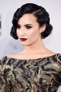 Red Carpet Hair Looks Picture Description Demi Lovato on the red carpet at the American Music Awards in LA - November Vintage Hairstyles, Wedding Hairstyles, Gatsby Hairstyles, Cabelo Pin Up, Flapper Hair, Flapper Makeup, Red Carpet Makeup, Celebrity Makeup, Celebrity Hairstyles