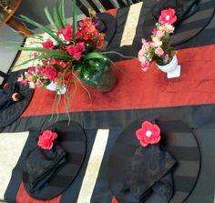 Tenho paixão por trilhos de mesa. Acho que compõe uma mesa bela e  fazem toda diferença... Idealizamos e produzimos capa para sousplat,  guardanapo, porta guardanapo, trilhos de mesa, toalhas de mesa, arranjo floral,  capa para almofada, jogo americano, cestinhas, cortinas,  capa para puff