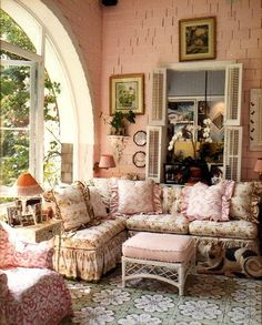 Shabby chic living room ideas at home is surely can invite the good ambiance. Not only the soft color will make your home looks sweet, but also some flowery furniture will freshen your home. Below are some hack you might want to take a peek. Shabby Chic Dresser, Chic Home Decor, Shabby Chic Decor, Shabby Chic Style, Shabby Chic Living Room Design, Living Room Designs, Chic Living Room, Shabby Chic Furniture, Chic Furniture