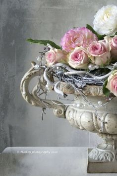 Shabby Chic Pink Paint Styles and Decors to Apply in Your Home – Shabby Chic Home Interiors Deco Floral, Arte Floral, Floral Design, Decoration Shabby, Shabby Chic Decor, Love Flowers, Beautiful Flowers, Spring Flowers, Flowers Garden