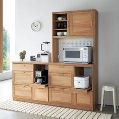 オーク天然木の素材感とハイクラスな機能性が、過ごしやすいキッチンインテリアを作る収納家具シリーズ。シャープなデザインと木目の美しさが大人の静謐なナチュラル空間を演出します。調理をサポートする収納機能も充実で、手の込んだお料理を用意してお客様を呼びたくなる逸品です。 Apartment Kitchen, Apartment Design, California Homes, Kitchenette, Kitchen Organization, Wood Furniture, Kitchen Decor, Sweet Home, Kitchen Cabinets