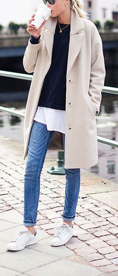 New fashion winter chic ray bans ideas Casual Chic, Style Casual, Trendy Style, Comfy Casual, Casual Jeans, Simple Style, Classic Style, White Sneakers Outfit, How To Wear Sneakers