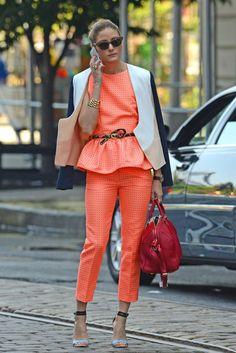 Socialite Olivia Palermo in einem Zweiteiler von MSGM, mit Sandalen von Tibi und Tasche von Louis Vuitton