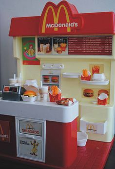 McDonald's - Sugerencias y Pensamientos e Ideas Miniature Crafts, Miniature Food, Miniature Dolls, Little Girl Toys, Toys For Girls, Baby Girl Toys, American Girl Doll Sets, Barbie Playsets, Mini Craft