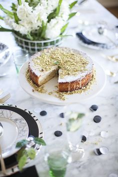 a fresh and fabulous easter tabletop - how good does that pistachio cake look?
