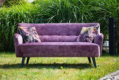 Sofa Roma - jeden z topowych mebli z naszej kolekcji. Tym razem w fioletach - przód wykonany z delikatnego w dotyku weluru, natomiast boki, tył i poduszki dekoracyjne z mieniącej się w świetle tkaniny w kwiaty. #FioletowaSofa #SofaDoSalonu #SofaWKwiaty #StylowyDesign #MebleTapicerowane Sofa, Couch, Love Seat, Furniture, Home Decor, Settee, Settee, Small Sofa, Couches