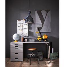 Huiswerk maken, legoauto's bouwen, tekenen, knutselen, computeren, een bureau is onmisbaar in de tienerkamer. Deze heeft aan de ene kant een stoer metalen onderstel en aan de andere kant drie lades en een kastje (het deurtje daarvan ziet eruit als twee lades voor al die losse spullen die je liever opbergt).  Het bureau is gespoten in de kleur Hertog grijs en is gemaakt van massief grenen, waarvan het interieur van gefolieerd spaanplaat en MDF. Het werkblad is 24 mm dik en het bureau heeft 3…