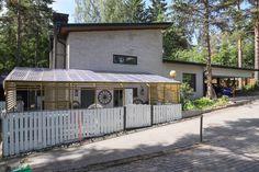 Talon julkisivu on mielenkiintoinen. Ympäristöä kehystävät suuret puut. Cabin, House Styles, Outdoor Decor, Home Decor, Decoration Home, Room Decor, Cabins, Cottage, Home Interior Design