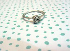 ROUS: anillo de plata de ley en forma de flor trabajado a mano  www.darwins.es