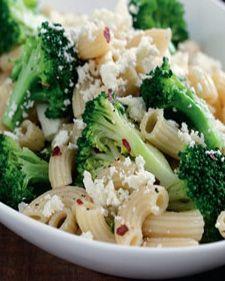 Descubre lo fácil que es preparar esta deliciosa ensalada de coditos con brocoli y un toque de chile. Es una receta muy nutritiva.