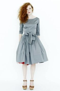 Beautiful blue-gray dress with full skirt, bow at waist and surprise red petticoat and shoes. Great look. Fashion Mode, Look Fashion, Womens Fashion, Fashion Design, Fashion Shoes, Casual Styles, Robes Vintage, Fru Fru, Look Vintage