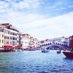 Hope everyone is having a great week! Im taking a family break in Italy so Im not posting much but you can follow my travels on InstaStories! Please bear with me if I dont like and comment on all your lovely posts! I will catch up with you all next week!#thevelvetrunway #howfashiontravels #venice #therialtobridge #rialtobridgevenice #thegrandcanal #travel #travelblogger