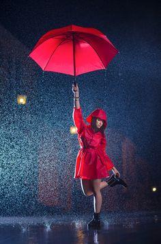 The Red Umbrella - Photoshoot para productos Ciclón Rainy Day Photography, Umbrella Photography, Photography Poses Women, Creative Photography, Portrait Photography, Umbrella Girl, Red Umbrella, Under My Umbrella, Surreal Photos